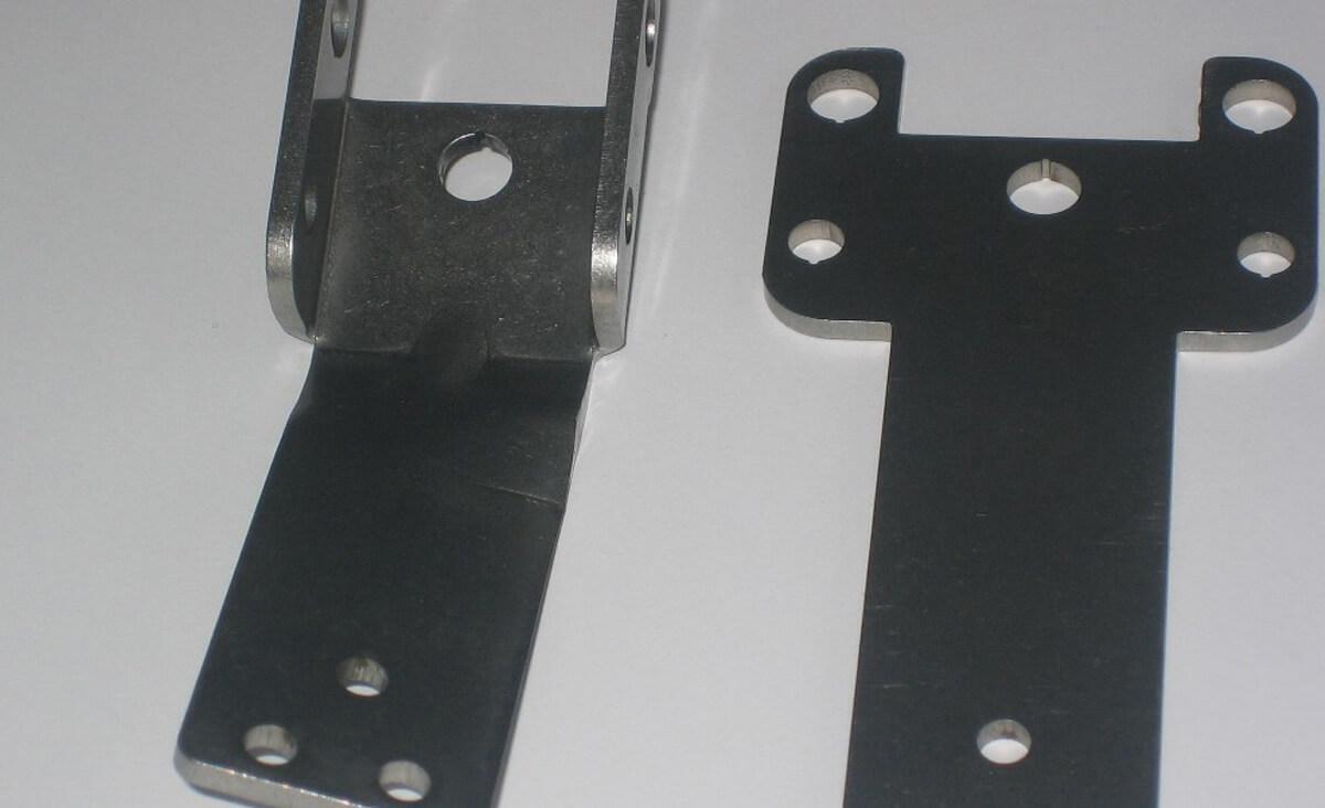 In diesem Biegewerkzeug sind mehrere Biegeoperationen in einem vereint. Pro Hub wird ein linkes und ein rechtes Teil gebogen.