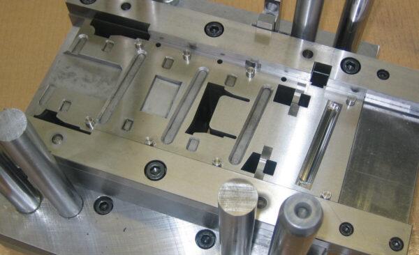 Ab einer gewissen Stückzahl ist ein Folgeverbundwerkzeug unumgänglich, in minimaler Zeit werden komplizierte Teile im Sekundentakt hergestellt.