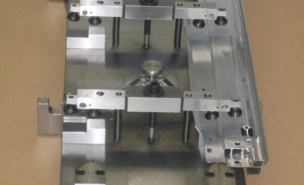 Durch die ausgleichenden Spanner und der Konstruktion mit den nach außen drückenden Bolzen wurde es möglich, das Teil fest zu fixieren und alle Bearbeitungen in einer Spannung mit PKD-Werkzeugen in Hochgeschwindigkeit zu bearbeiten.
