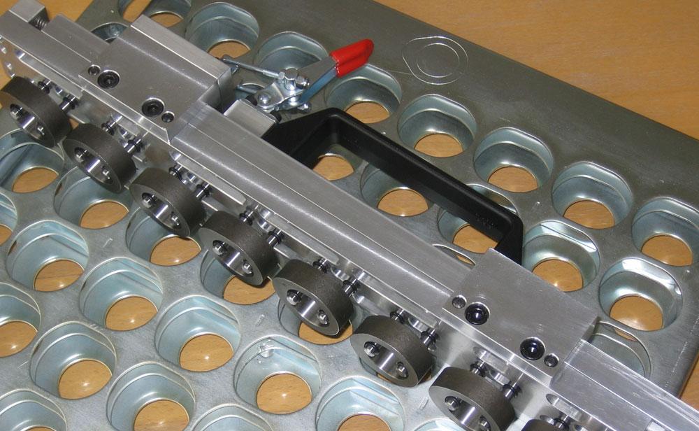 Mit der Erfindung des Handnockengreifers können jetzt 16 Nocken zugleich und ohne großen Kraftaufwand entnommen werden