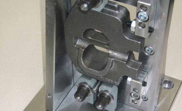 Mehrseiten Fräsbock, bestmögliche Stabilität, an allen zu bearbeitenden Seiten frei zugänglich, Aufspannhilfen an Maschinen mit Palettenwechsler und Rundtisch
